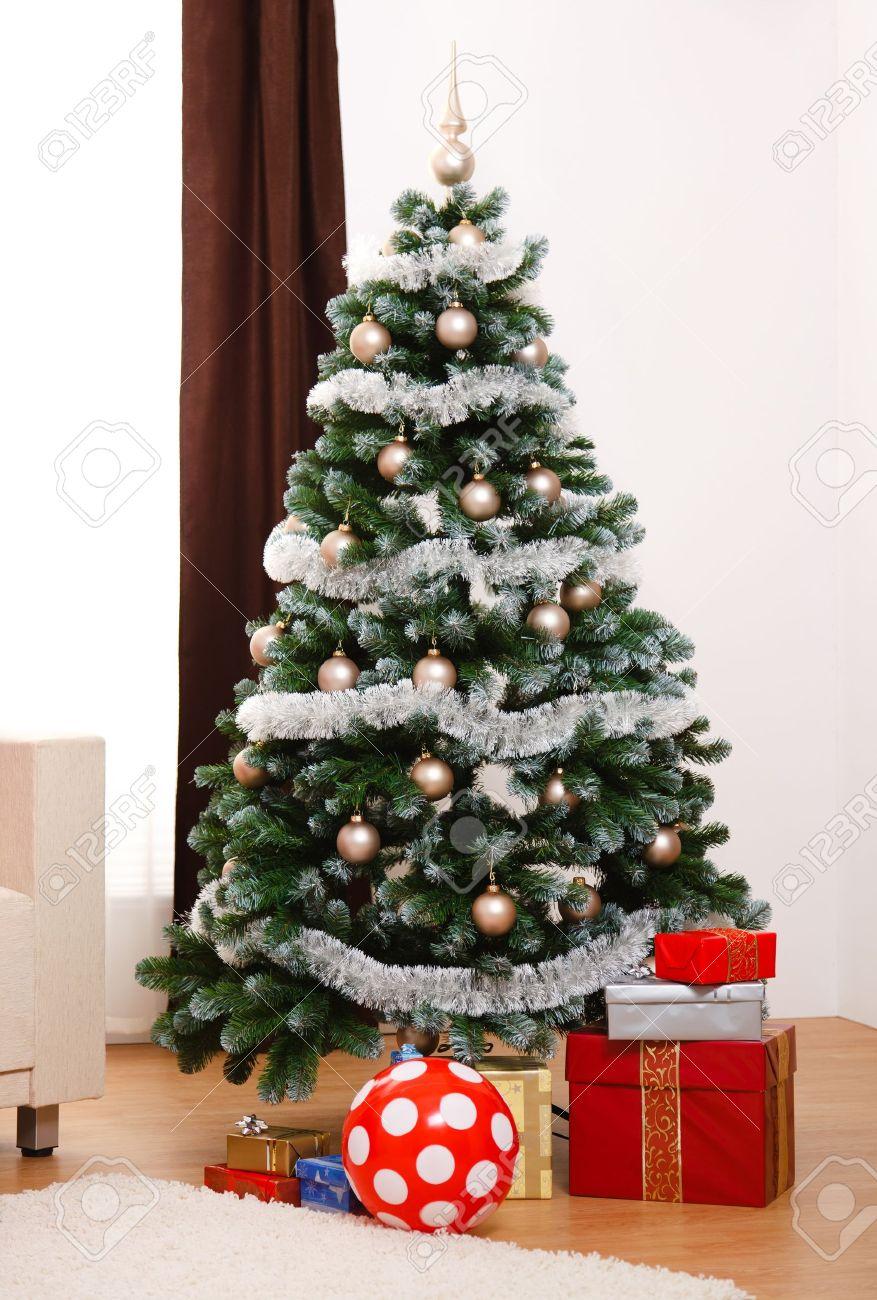 foto de archivo rboles de navidad artificiales decorados en sala que se presenta bajo