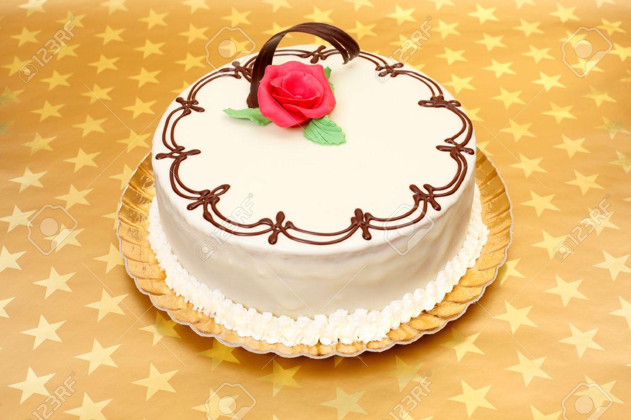 Gateau Blanc Avec Des Ornements De Chocolat Et Pate D Amande Rouge