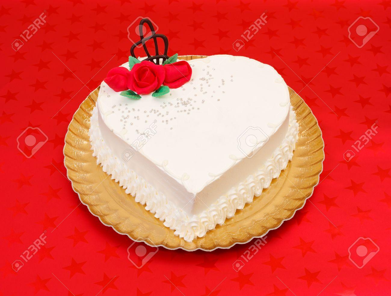 Weiss Herz Kuchen Mit Roten Marzipan Rosen Auf Rotem Hintergrund