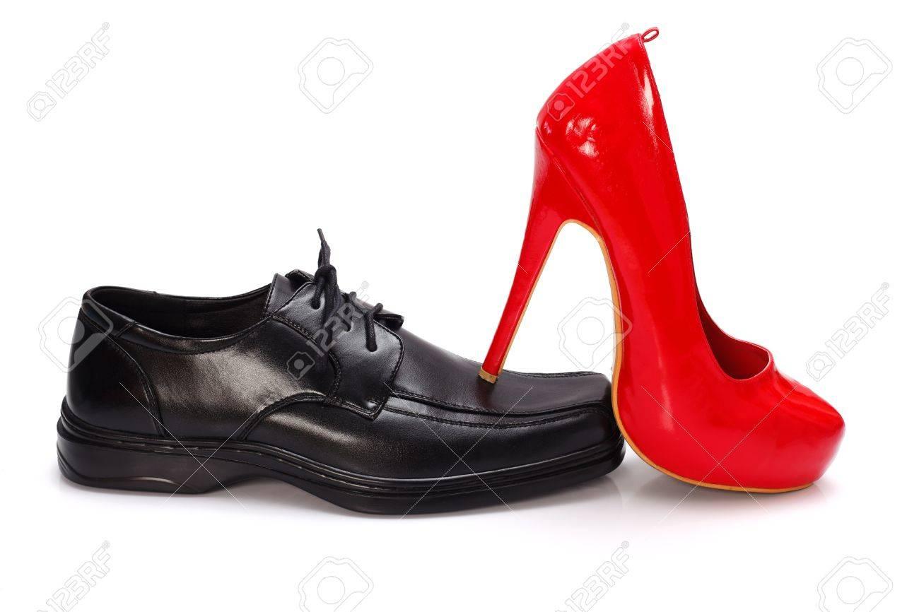 e5edd0337 De tacón alto zapato mujer roja en el zapato del hombre negro - concepto de  dominio