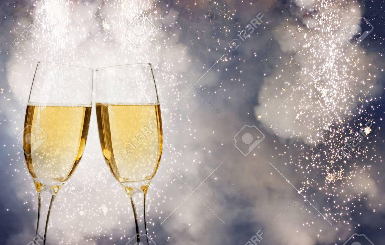 Gläser Mit Champagner über Feuerwerk Und Sekt Urlaub Hintergrund ...