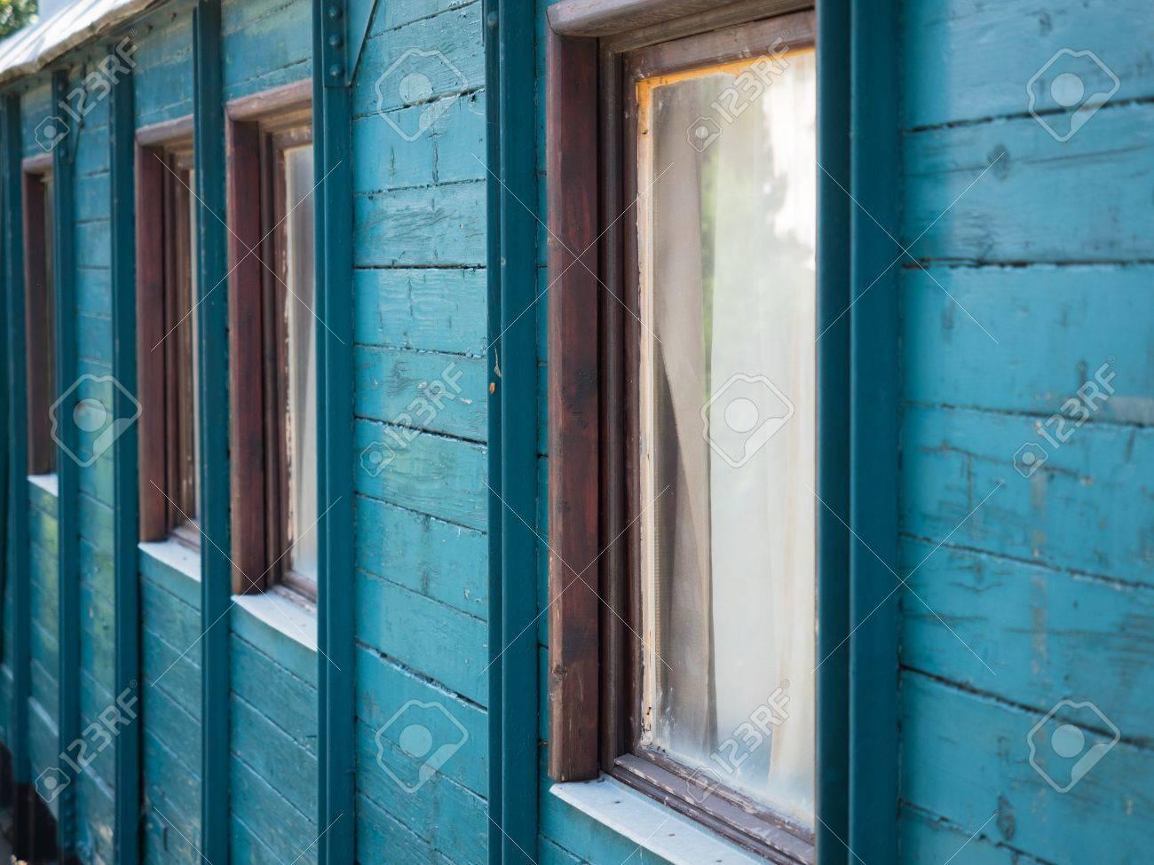 imagen de la pared de madera pintada de color azul turquesa con pintura antigua en