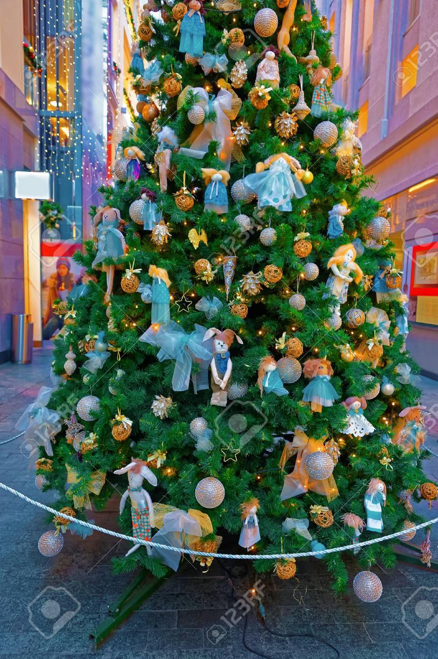 Sapin De Noel Decoration Traditionnelle sapin de noël traditionnel avec des décorations de couleur or et bleu à  riga, en lettonie