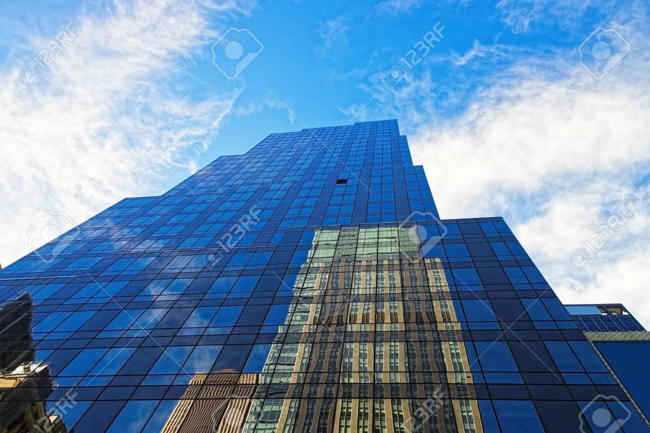 Vue vers le haut dun bâtiment de verre et de bureau en acier