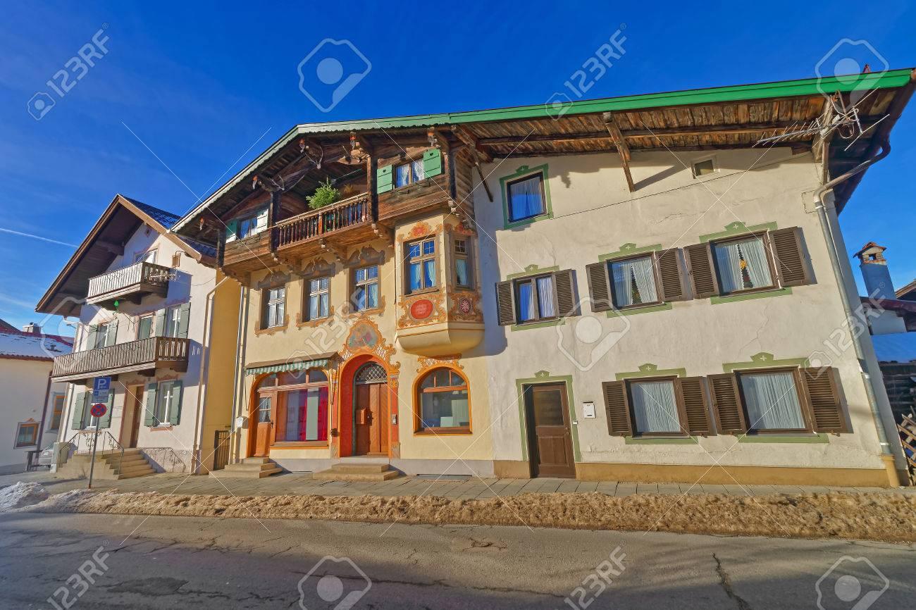 Colori Per Facciate Case murales dipinti o facciate delle case in una piccola città bavarese,  garmisch-partenkirchen. la principale forza motrice dietro questo tipo di  pittura