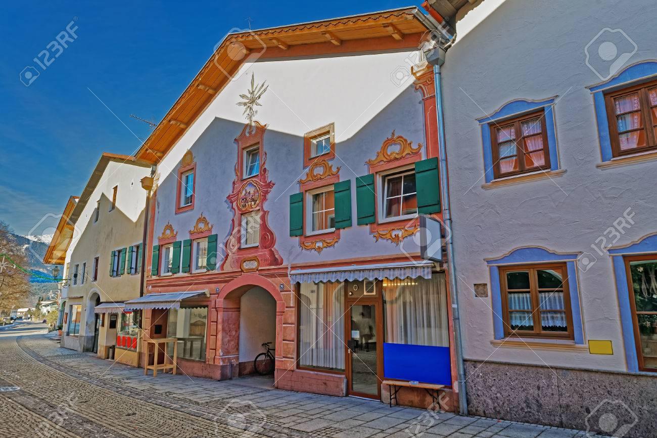 Ansicht Der Straße Mit Schön Verzierten Häusern In Garmisch ...