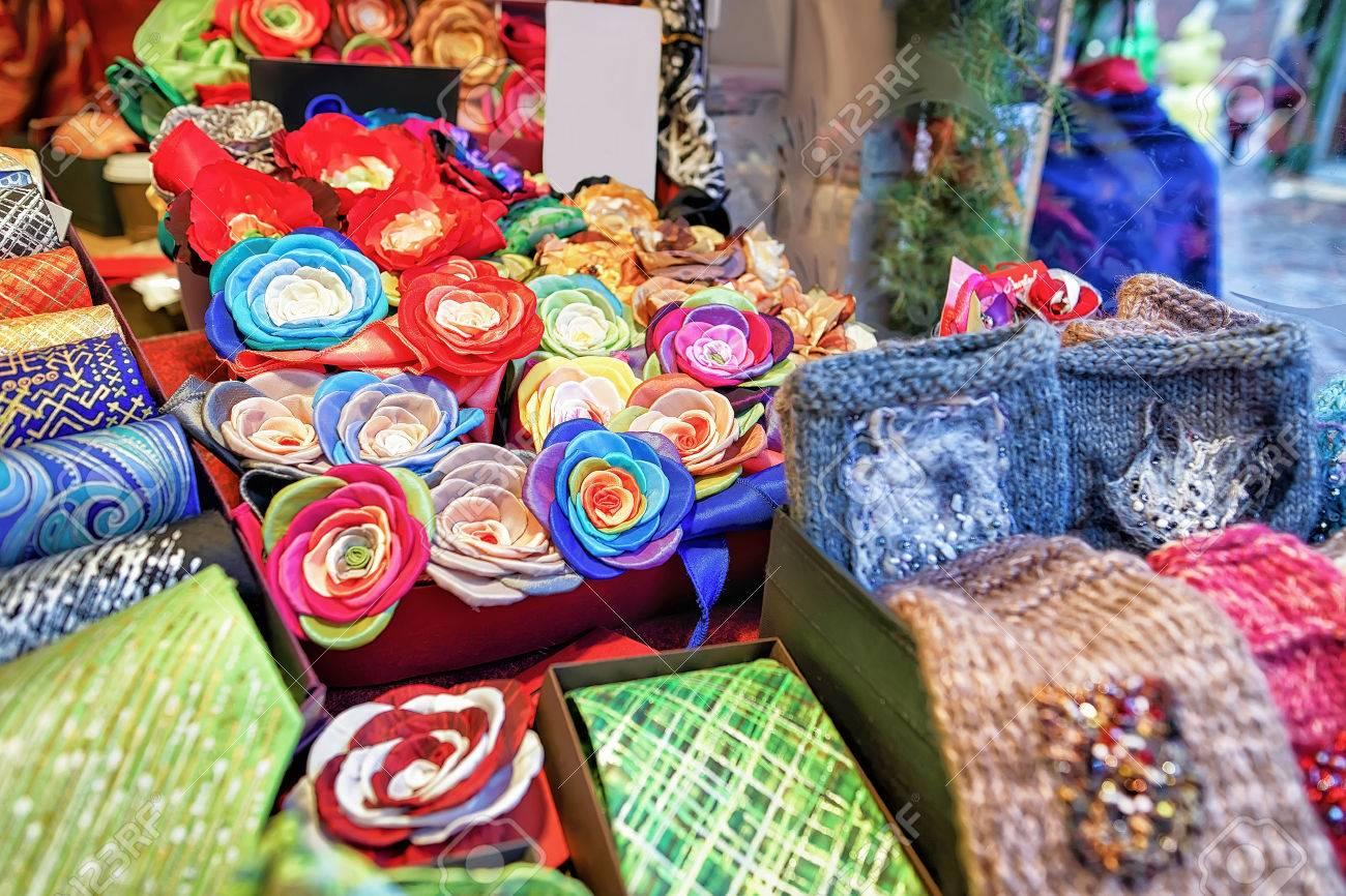 se connecter dernière collection joli design Des broches, des écharpes et des cravates fleuries à la main brillantes ont  été mises en vente au marché de Noël à Riga, en Lettonie. Le marché est ...