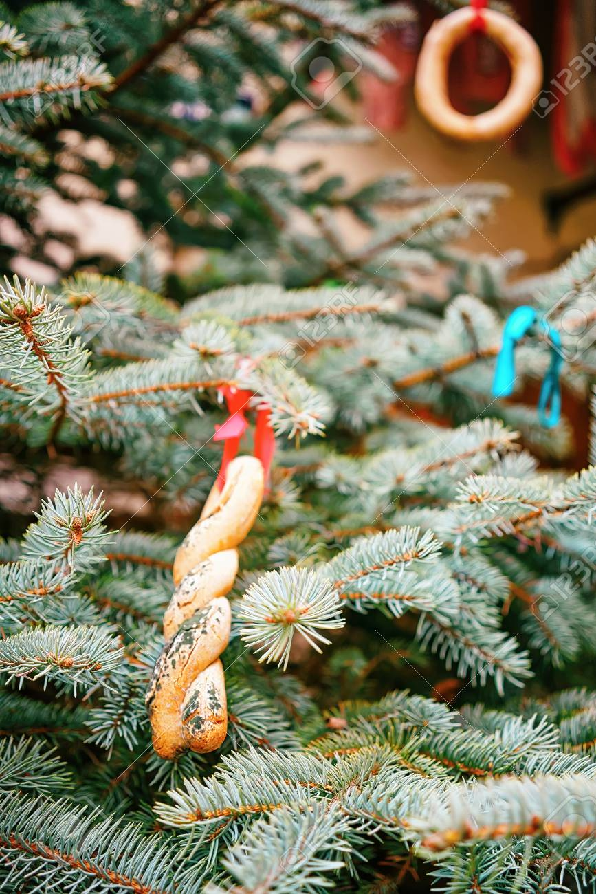 Albero Di Natale Decorato Con Biscotti.Immagini Stock Albero Di Natale Decorato Con Biscotti Per Le Strade Di Riga In Lettonia L Albero Di Natale E Uno Dei Simboli Principali Delle Celebrazioni E Di Solito Localizza In Ogni