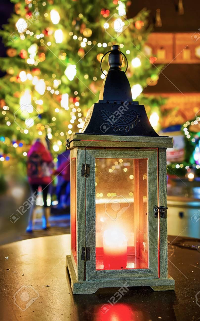 Glühende Kerze Laterne Auf Dem Weihnachtsmarkt In Riga, Lettland ...