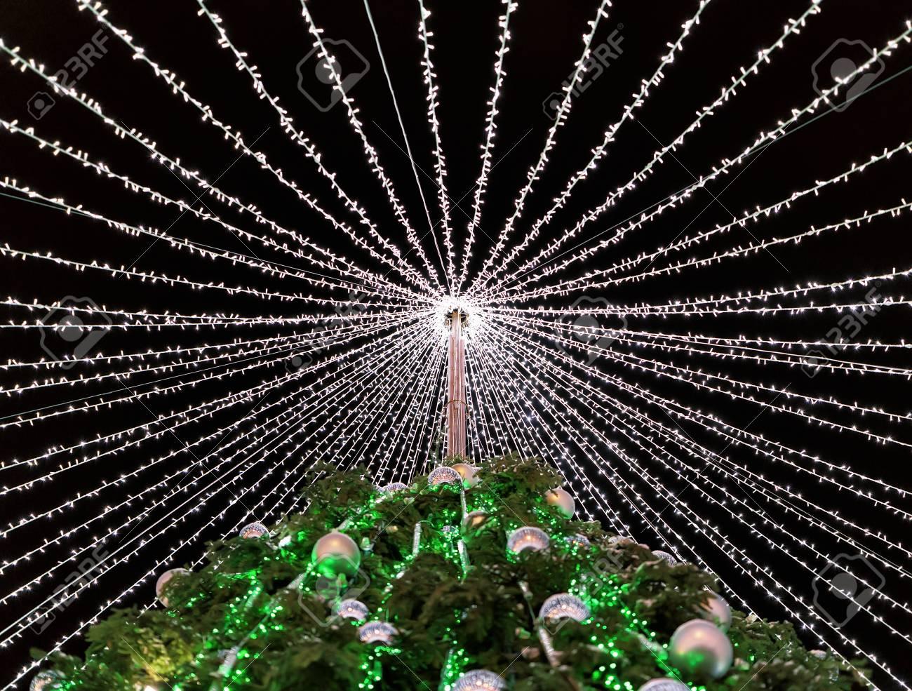 Kerstboom Met Decoratie Geinstalleerd In Cathedral Square In Vilnius