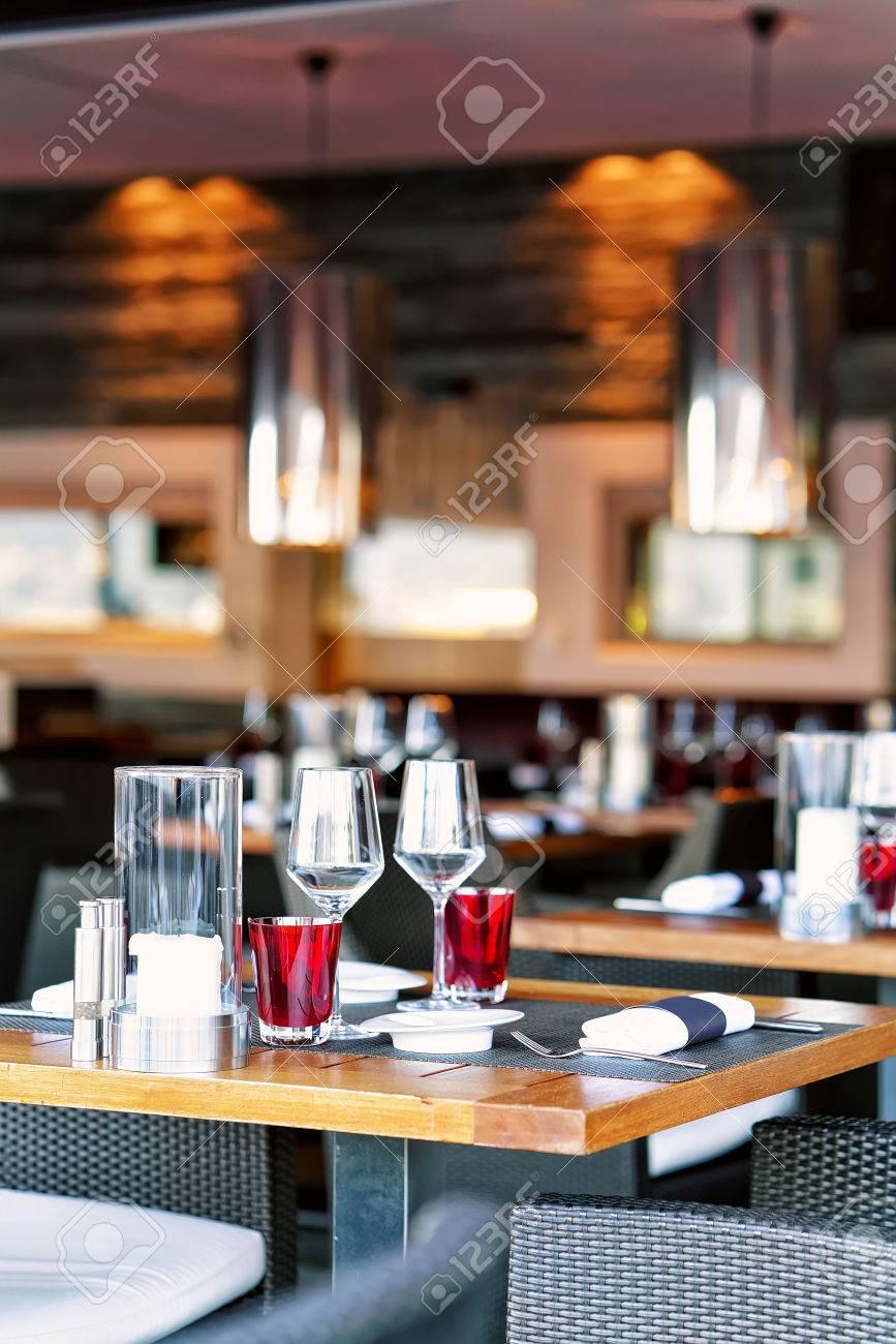 Terraza Restaurante Típico Con Sillas Y Mesas Listos Para Una Comida Suiza