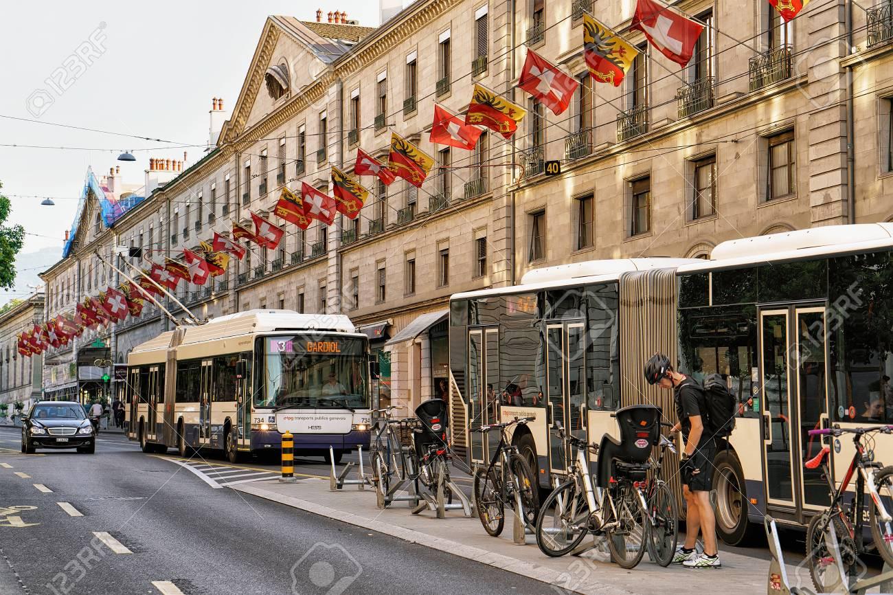Ginebra, Suiza - 30 De Agosto De 2016: Transporte Público ...