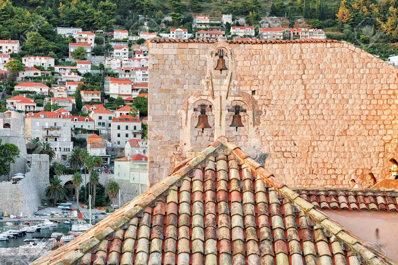 Rode daktegel bij oude stad in dubrovnik kroatië royalty vrije foto