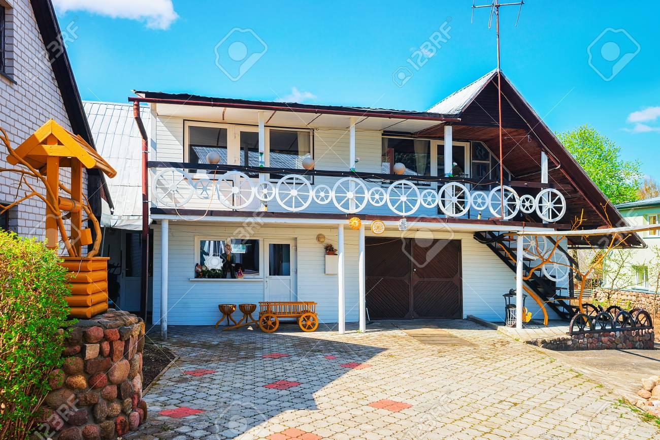 Maison de campagne moderne avec décor intéressant