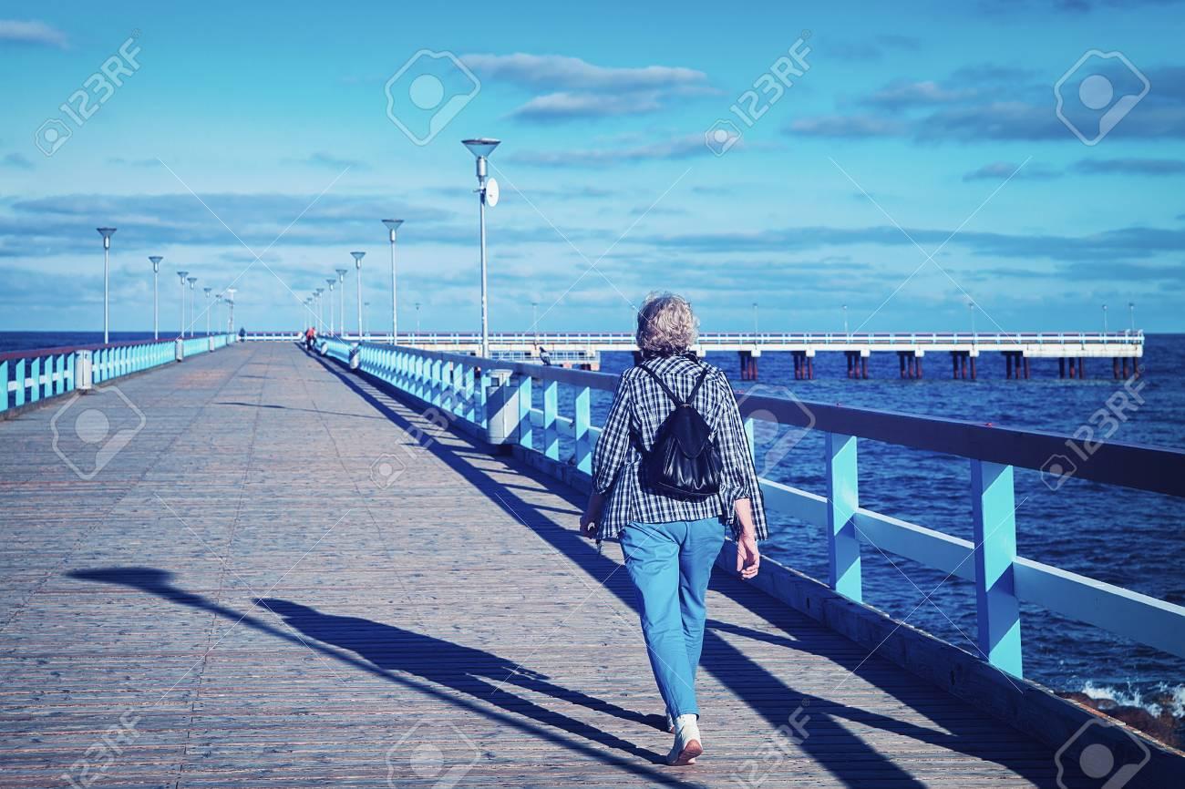 Donna Con Lo Zaino Al Ponte Del Mare Sopra Il Mar Baltico Nella ...