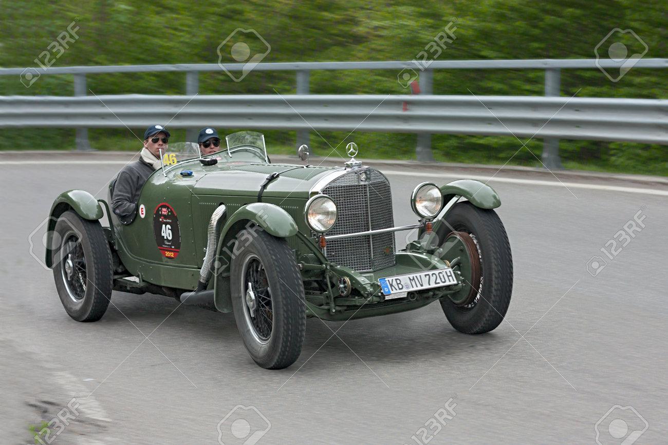 Une Vieille Voiture De Course Mercedes Benz Ssk 720 1929 Se Deroule En Rallye Mille Miglia 2012 Reconstitution De La Vieille Race D Endurance