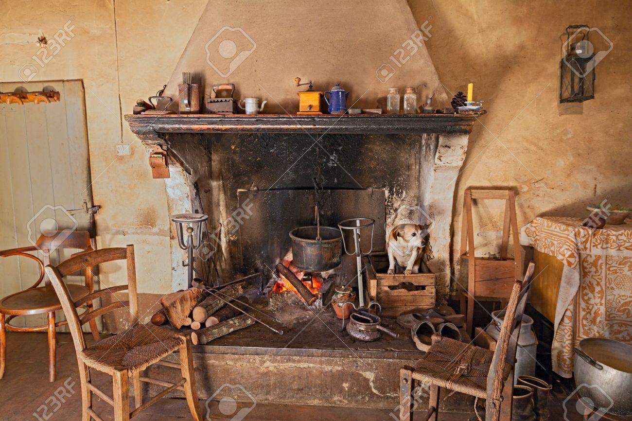 L\'intérieur D\'une Ancienne Maison De Campagne Où Un Chien Est Chaud ...
