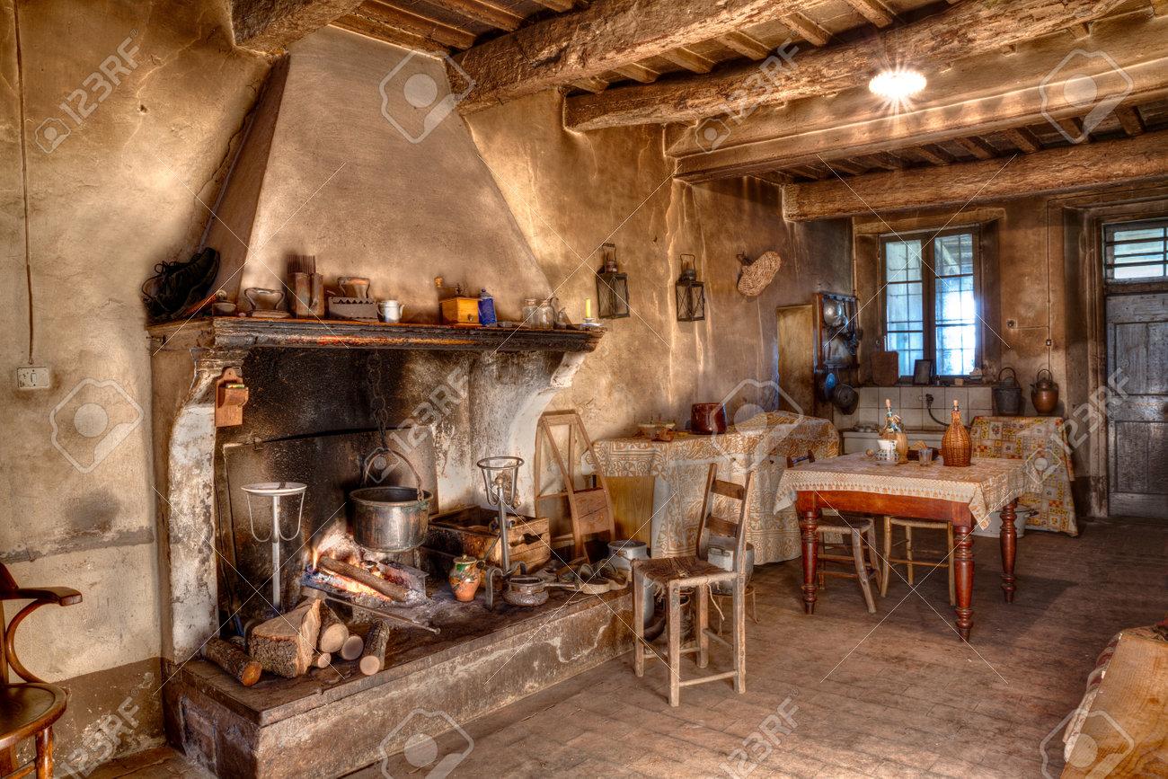 Alten Zeiten Bauernhaus - Innere Eines Alten Landhauses Mit Kamin ...