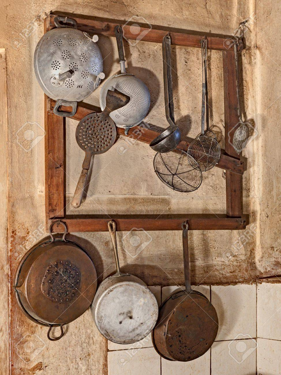 Immagini Stock - Utensili Da Cucina Appesi In Cucina Di Una Vecchia ...