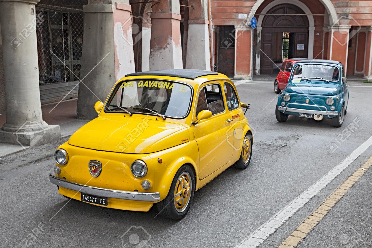 Immagini Stock Giallo Auto D Epoca Fiat 500 Abarth Corre Lungo La