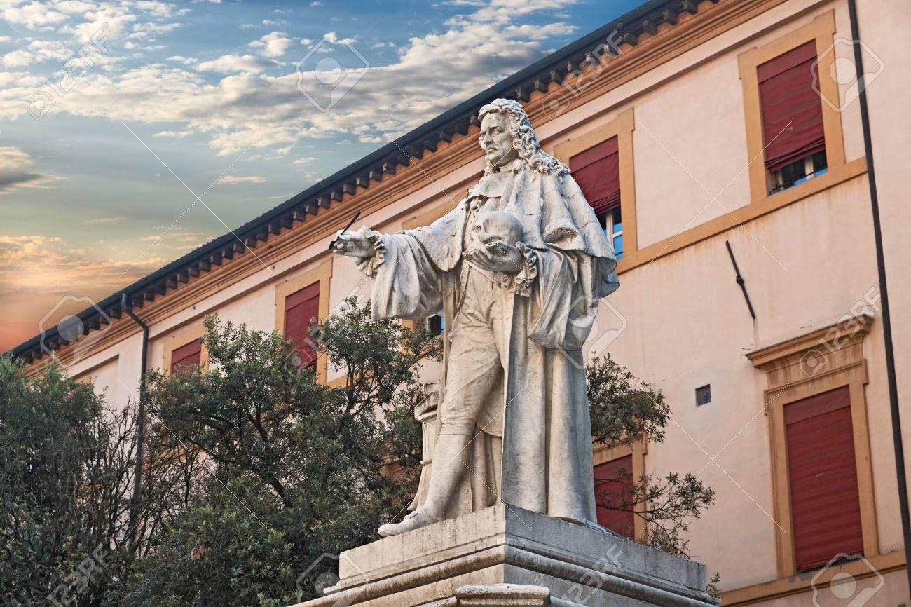 Antigua Estatua Del Famoso Anatomista Médico Y Patólogo Giovanni ...