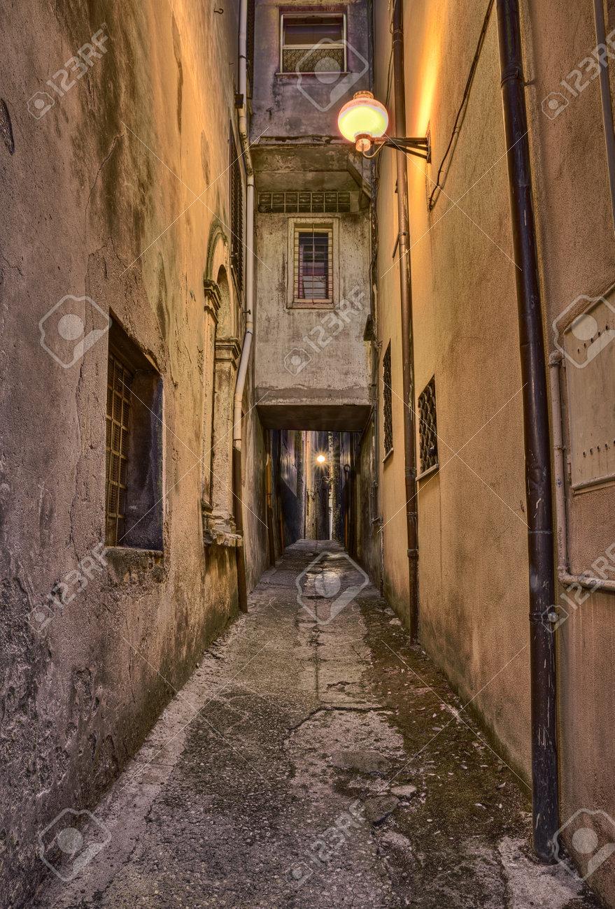Acheter Une Maison En Italie Abruzzes pittoresque vieille ruelle la nuit dans la ville médiévale guardiagrele,  abruzzes, italie