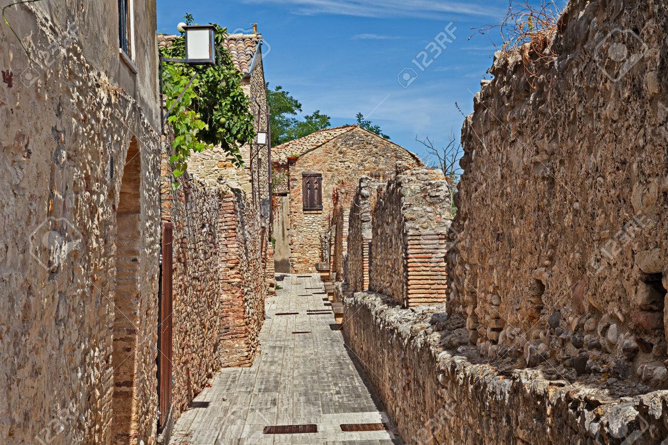 Acheter Une Maison En Italie Abruzzes rocca san giovanni, chieti, abruzzes, italie: les remparts médiévaux de  l'ancien village