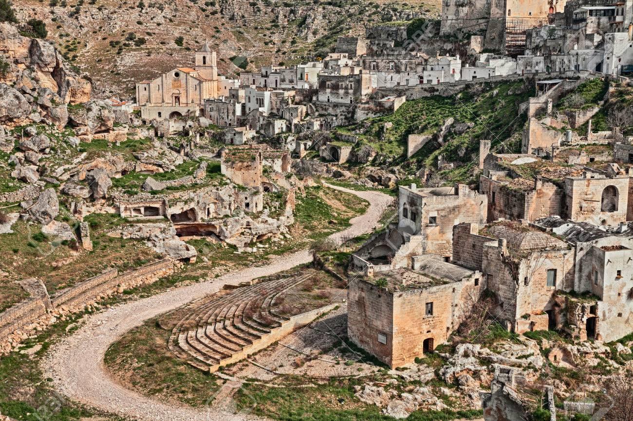 古代の洞窟の家がある旧市街の風景がトゥファ岩に刻まれたジノーザ ...