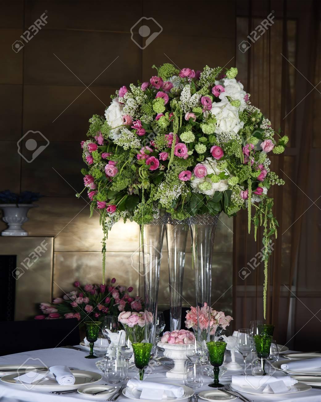 Hortensia Y Ranúnculo Rosado Arreglo Floral En Jarrón Como Decoración De La Cena De Bodas Con Vasos Verdes Con Vino