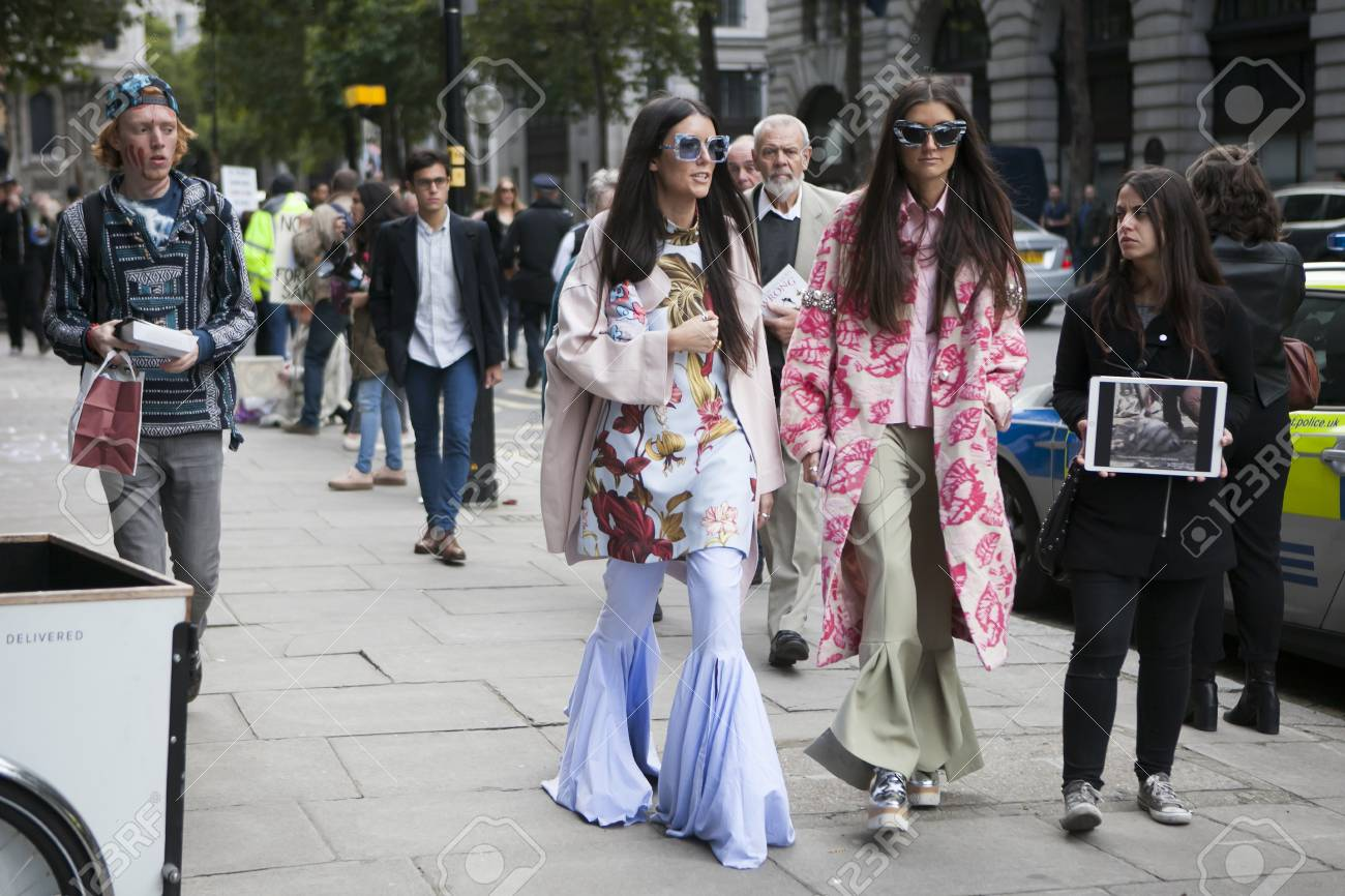 Londres Inglaterra 15 De Septiembre De 2017 Dos Amigos Vestidos En Estilo De Los Años 60 Pantalones Rosados Y Chaquetas Largas Están Caminando