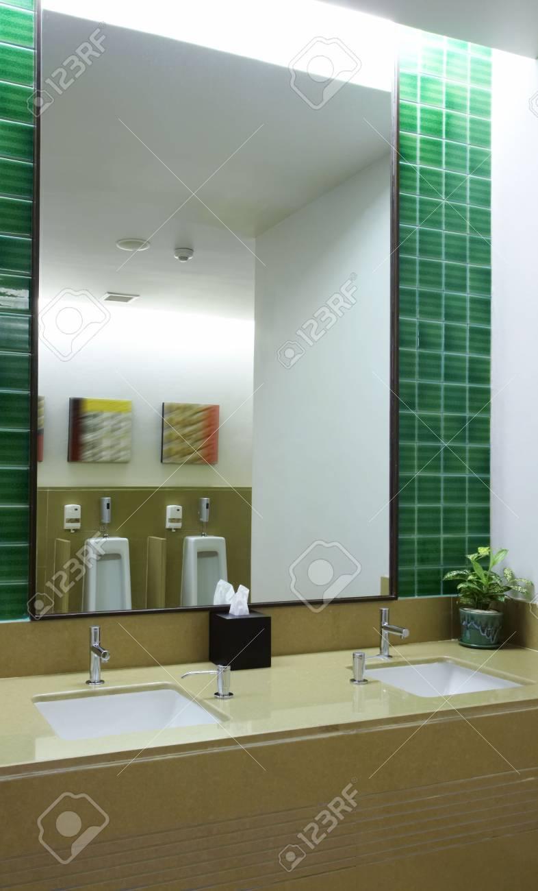 Vista de agradable moderna sala de aseo. Las imágenes en la pared se contorted.  Foto de archivo - 3134171