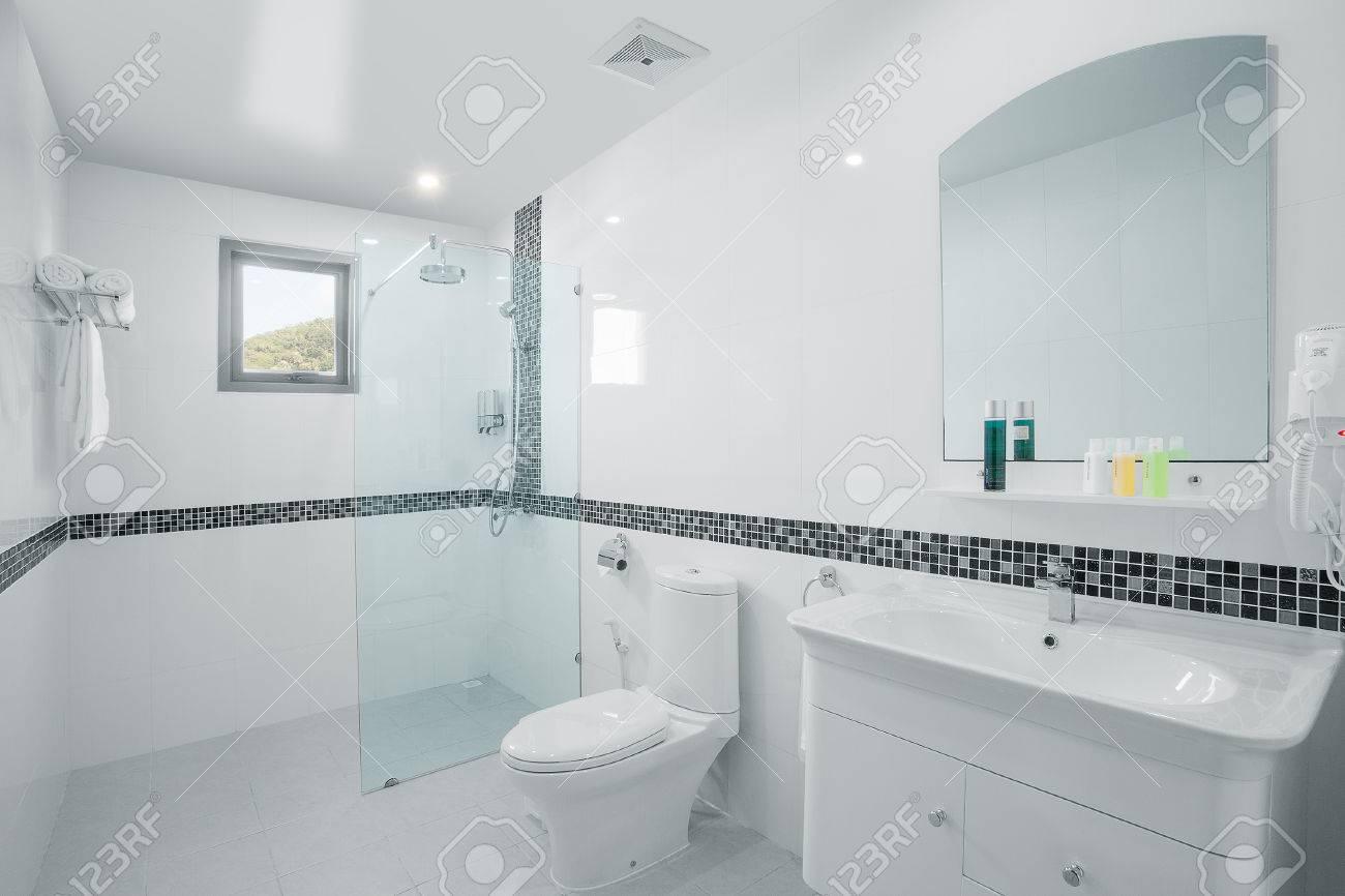 vista della bella bianco piastrelle bagno moderno foto royalty ... - Foto Piastrelle Bagni Moderni