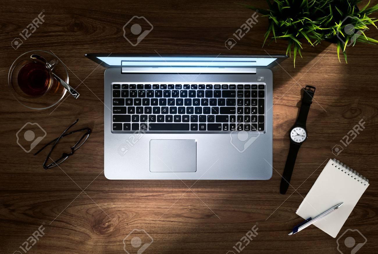 Vue rapprochée d un joli ordinateur portable en argent sur un