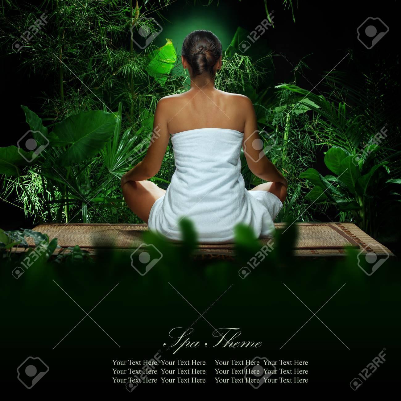 Vue De Belle Jeune Femme Meditant Dans Un Environnement Tropique