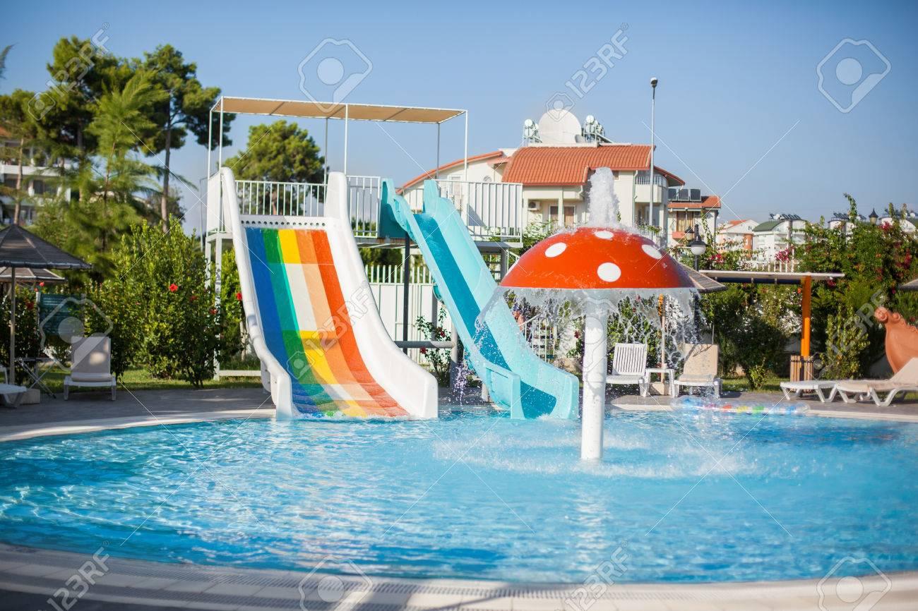 Attraktiv Bunte Kunststoff Wasserrutsche Im Schwimmbad. Wasserpark Für Kinder  Standard Bild   48333078