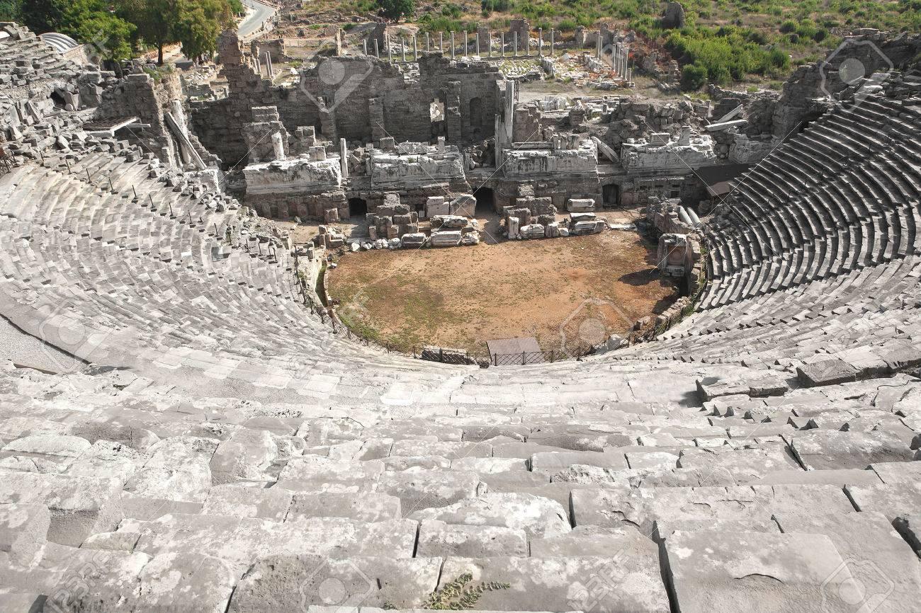 Ruinas del antiguo anfiteatro en Side, monumentos antiguos del Imperio Romano, Side, Turquía