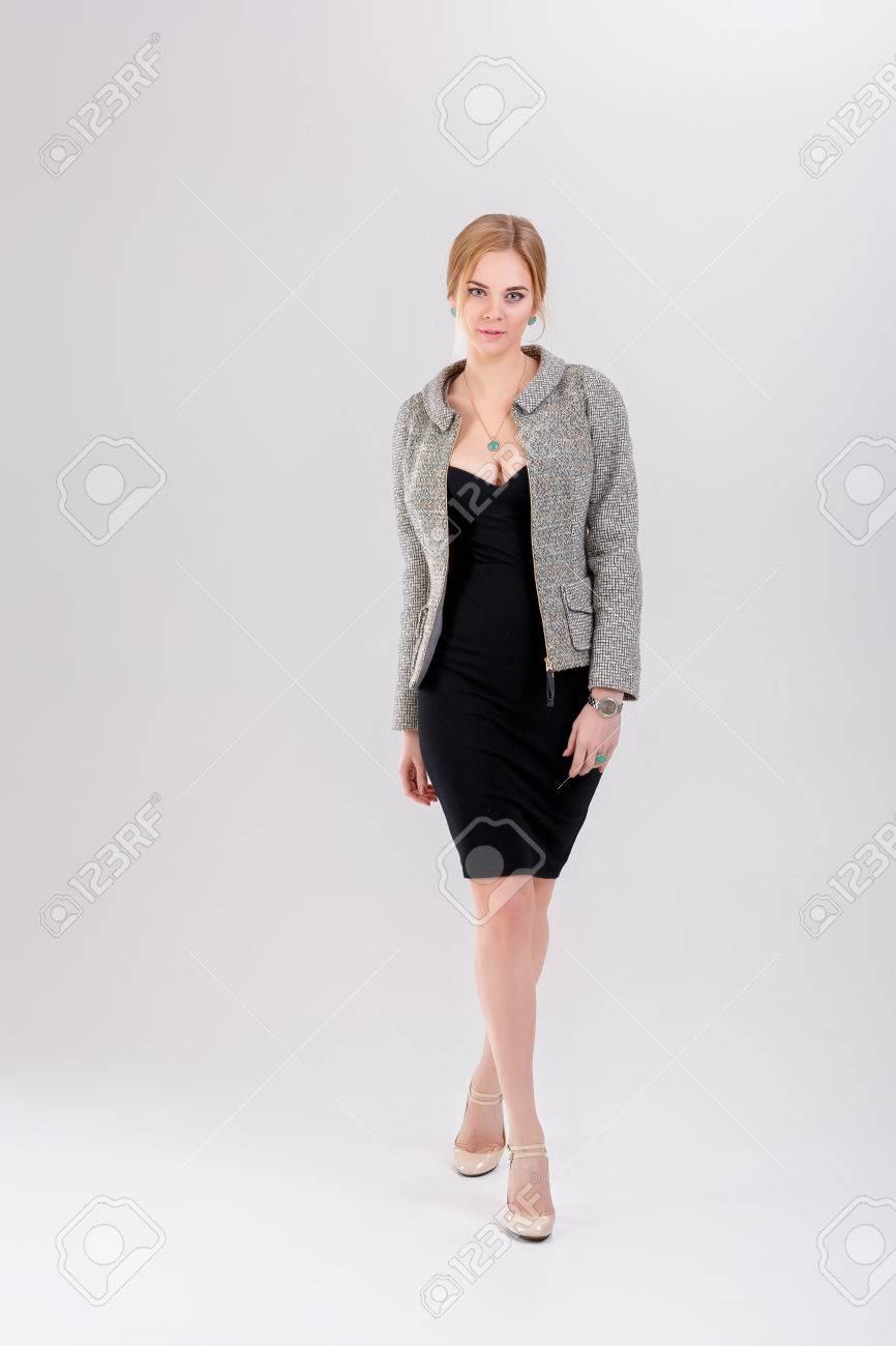Schöne Business Frau Blondine Im Schwarzen Kleid Jacke Auf Grau