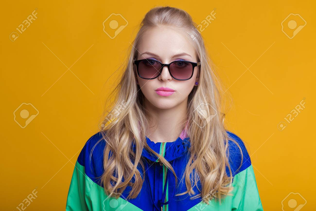 À JauneHipster Vert Blonde De Femme Soleil Bleu Belle Capuche Fond Portrait Lunettes Veste En Sur Summer Et IWD2EH9Y