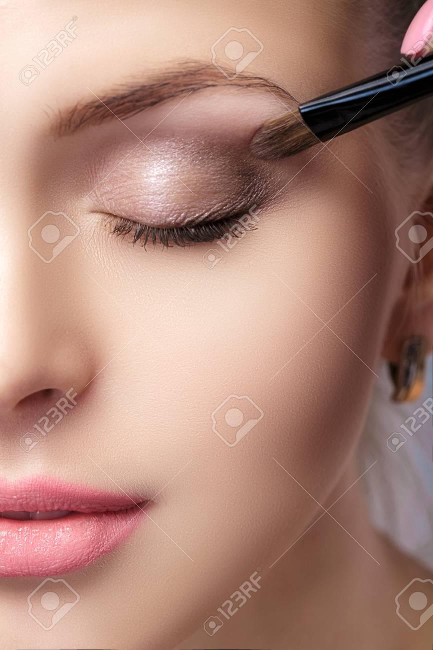 Schönheit Die Braunen Lidschatten Unter Verwendung Der