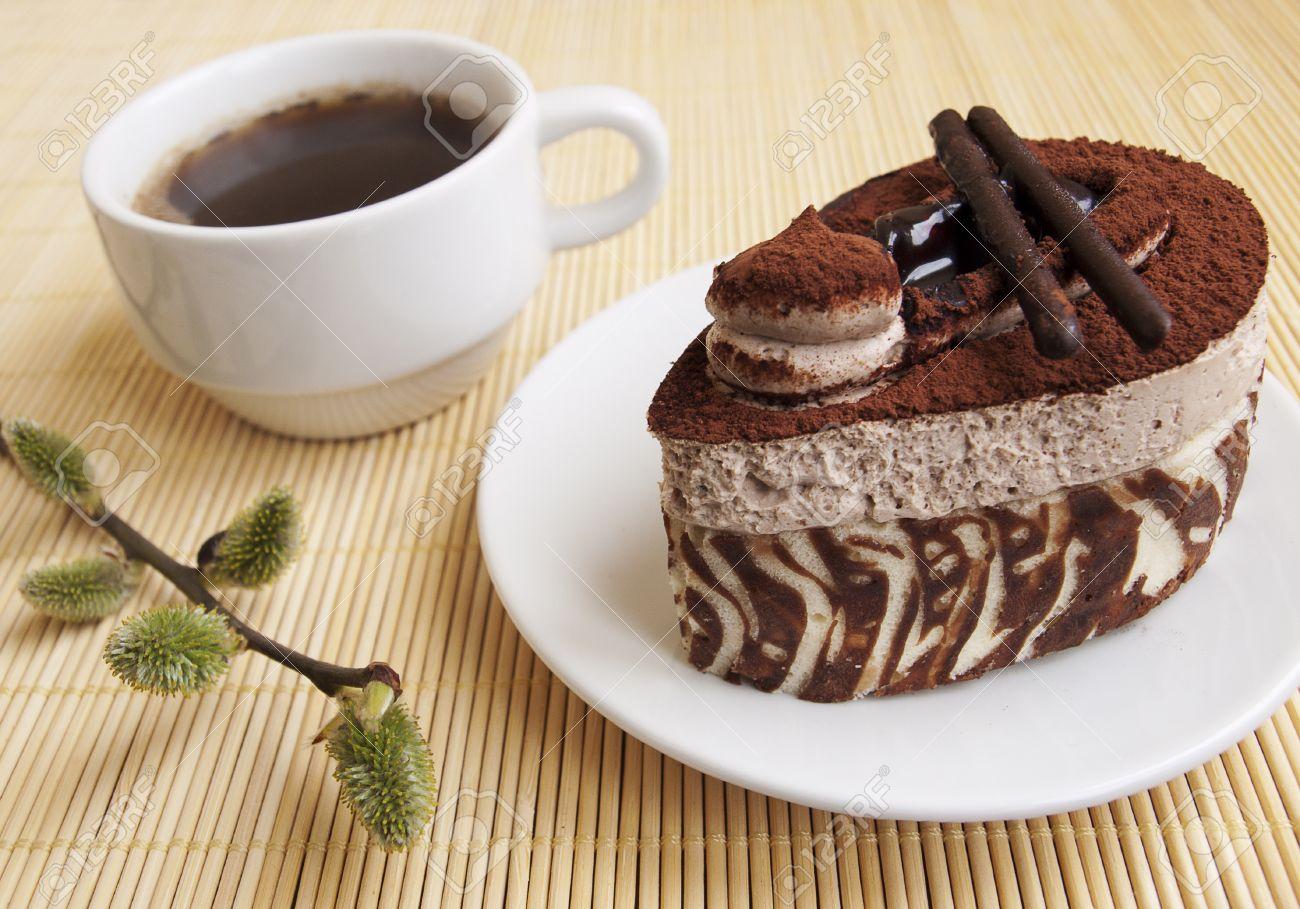 https://previews.123rf.com/images/es75/es751209/es75120900798/15474824-g%C3%A2teau-au-chocolat-tasse-de-caf%C3%A9-et-de-saule.jpg