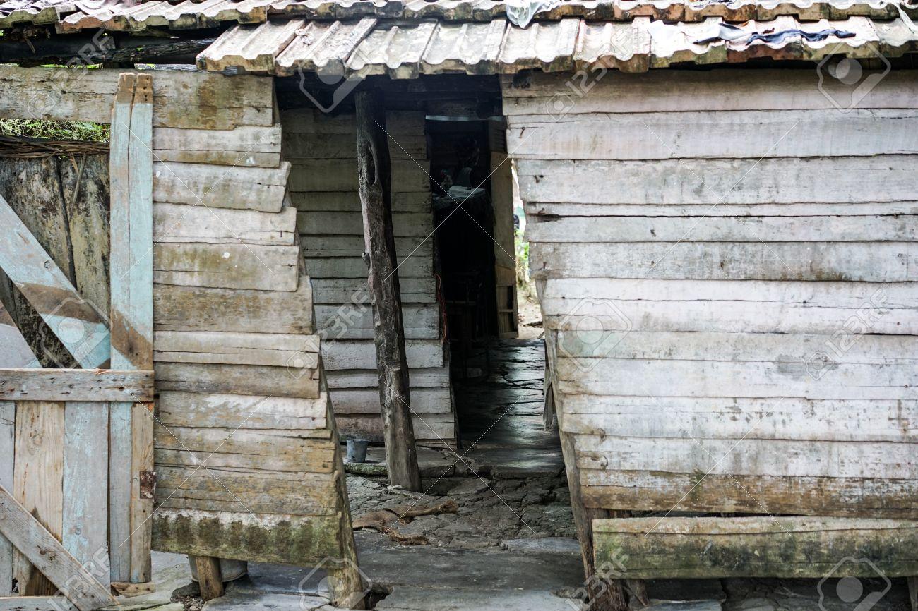 悲惨な小屋、家。着用と老朽化した木の小屋。貧しい住宅。悲惨な壊れ ...