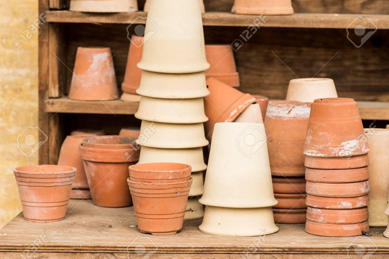 Vasi In Terracotta Per Giardino romantica pianta idilliaca tavolo in giardino con vecchie pentole vaso di  fiori in terracotta retrò e attrezzi da giardino.