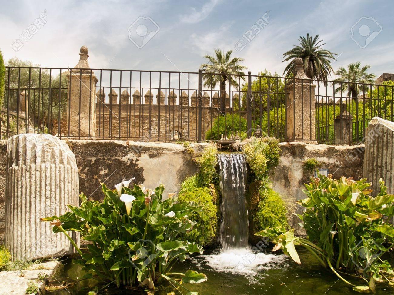 Waterval In Tuin : Kasteel muur en de waterval in de tuin van het alcázar de los reyes