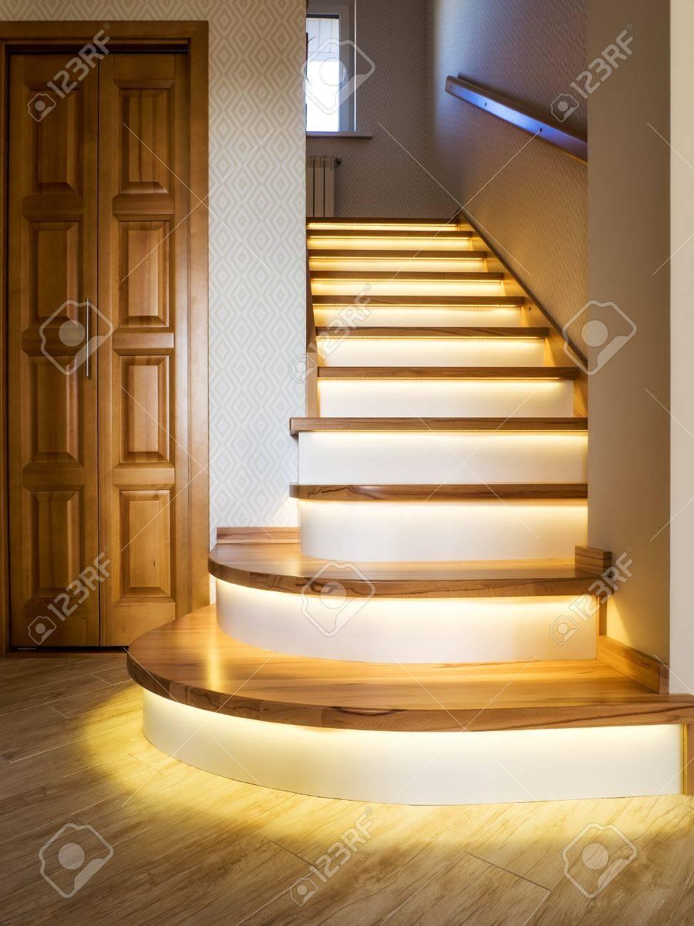 Interior Del Hogar. Escalera De Caracol Con Peldaños De Madera E ...