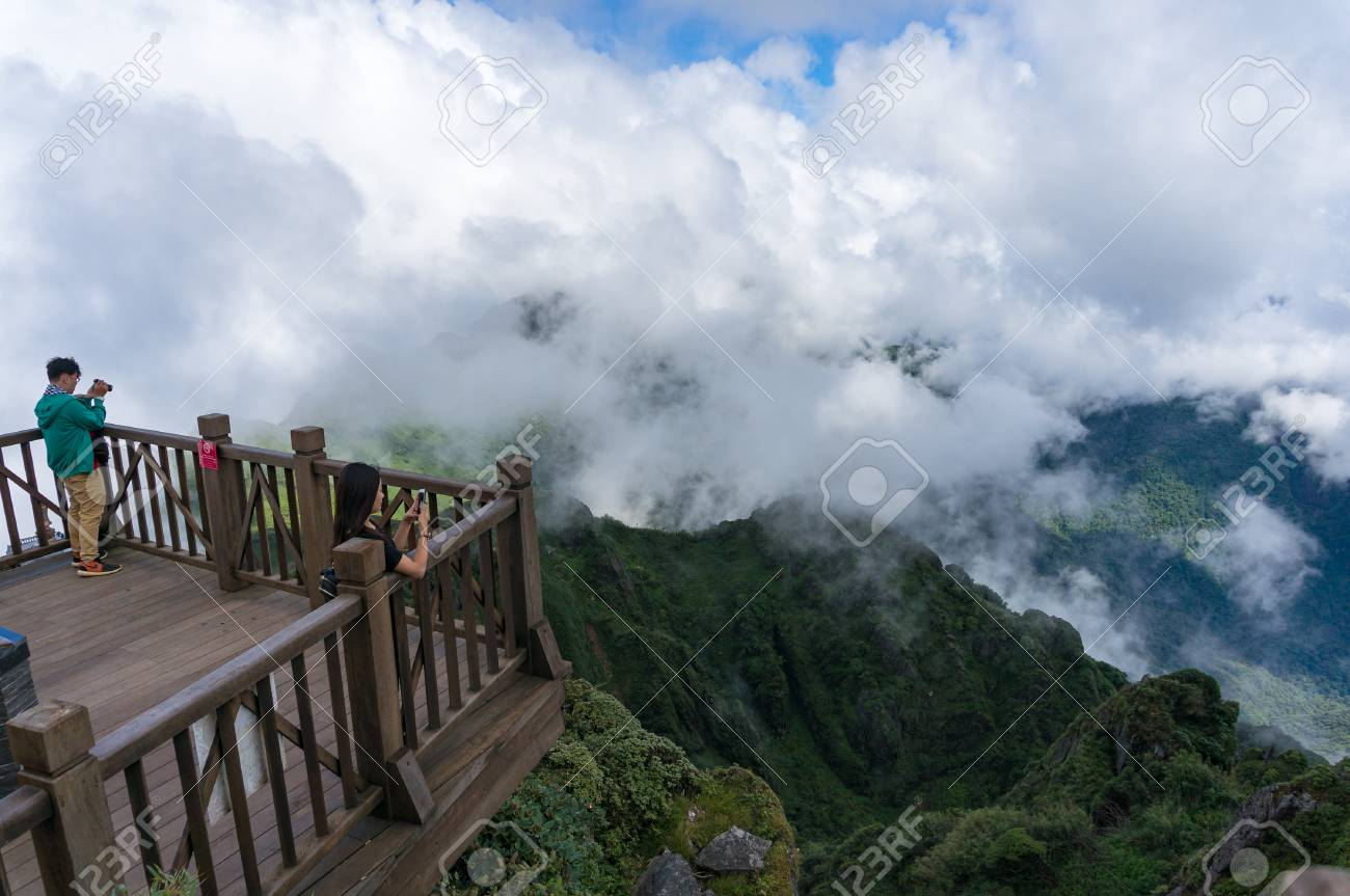 d0e0341f3 Foto de archivo - SaPa, Vietnam - 20 de agosto de 2017: Turistas que toman  fotos de la plataforma de observación en cumbre de la montaña de Fansipan  en ...