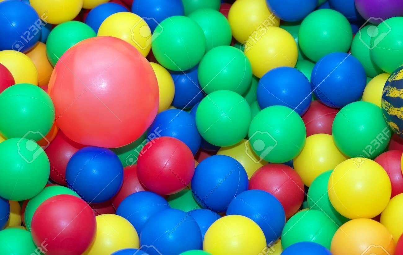 Toy bolas de goma de fondo. Bolas para los niños en el jardín infantil.  Fondo de las bolas de color