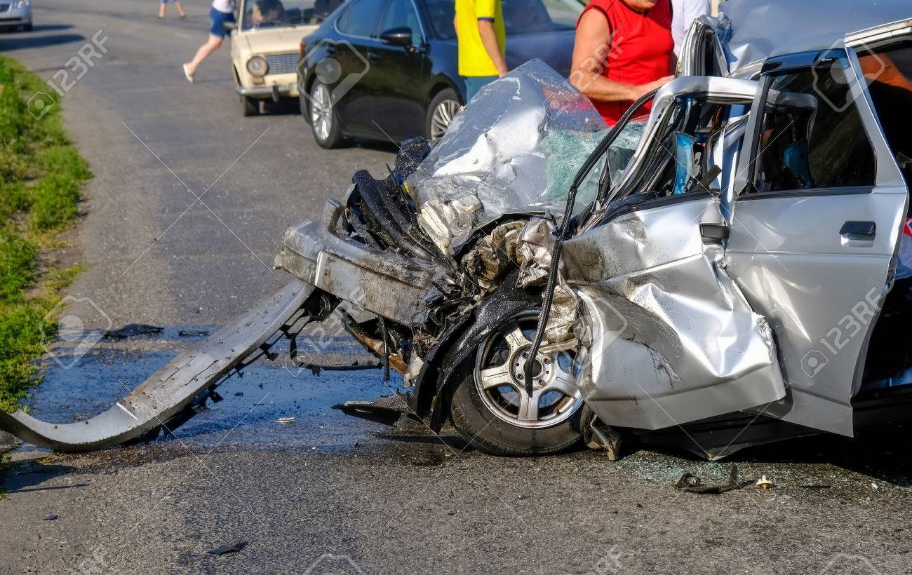 Beschädigte Fahrzeug-Nahaufnahme Nach Autounfall. Ein Schrecklicher ...