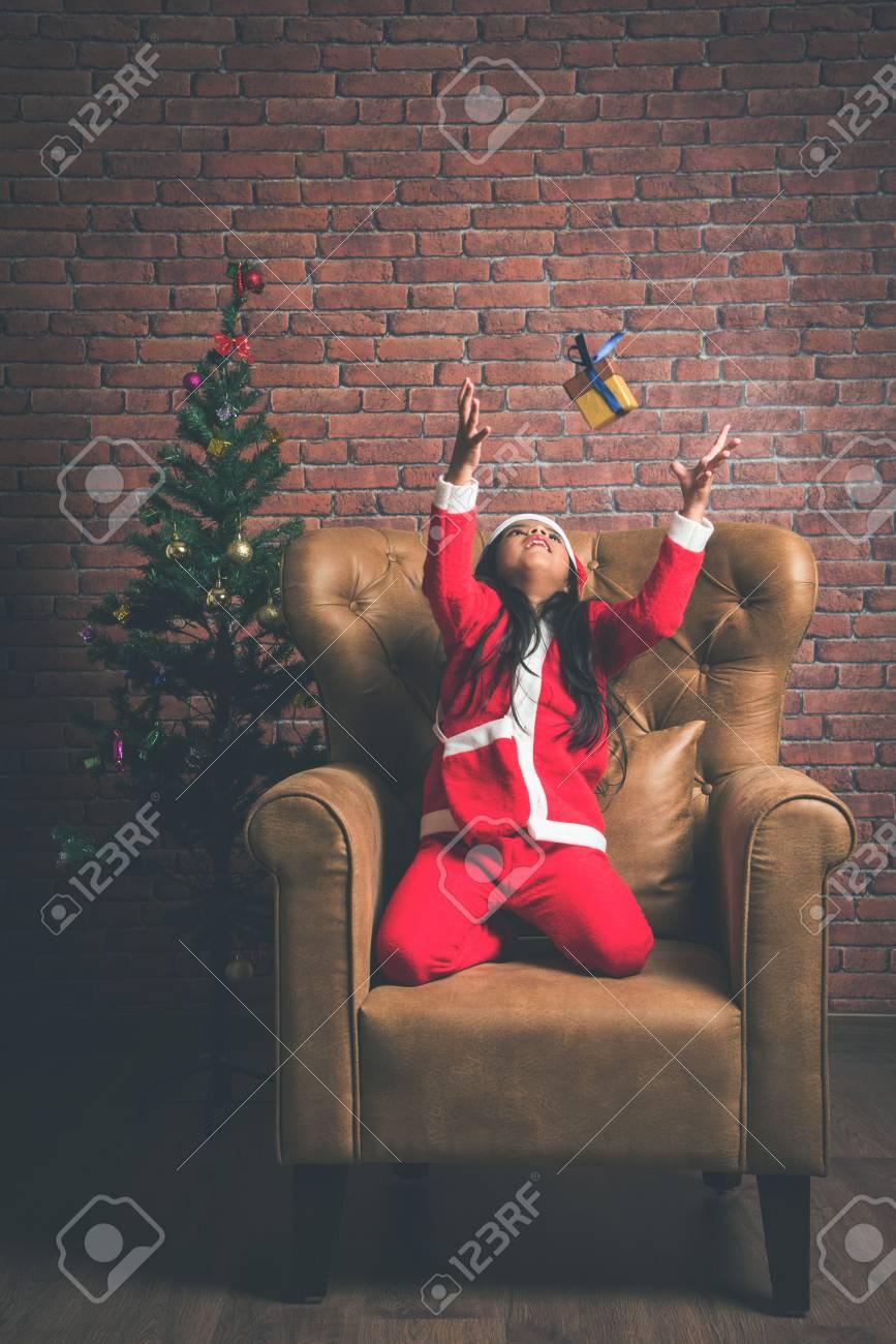 Regali Di Natale Ragazza.Immagini Stock Piccola Ragazza Indiana Sorridente Con I Regali Di