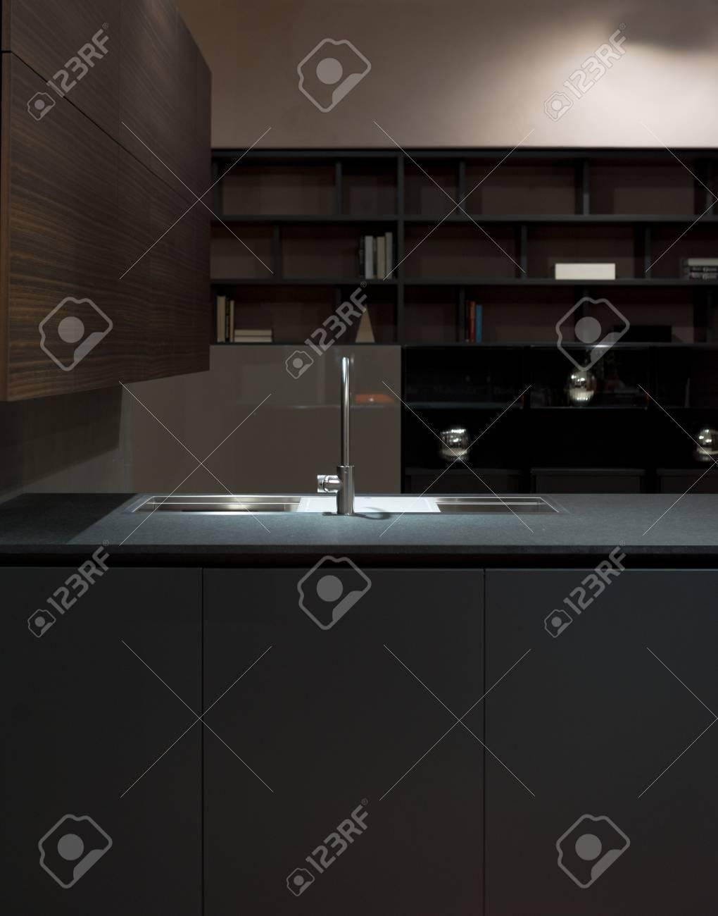 Saubere Und Minimalistische Küche Schränke Und Arbeitsplatte Mit ...