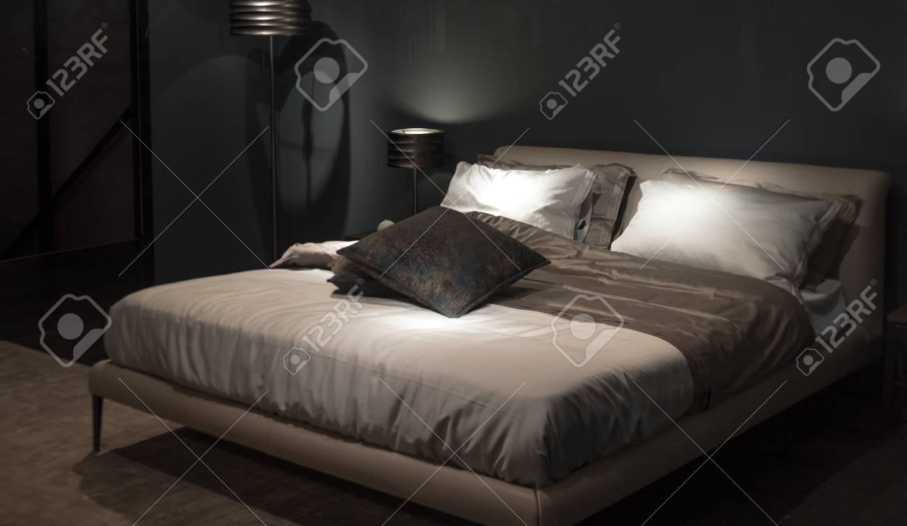 Modernes Luxus Hotel Schlafzimmer Mit Grossen Bett Komfortabler Lizenzfreie Fotos Bilder Und Stock Fotografie Image 50396715